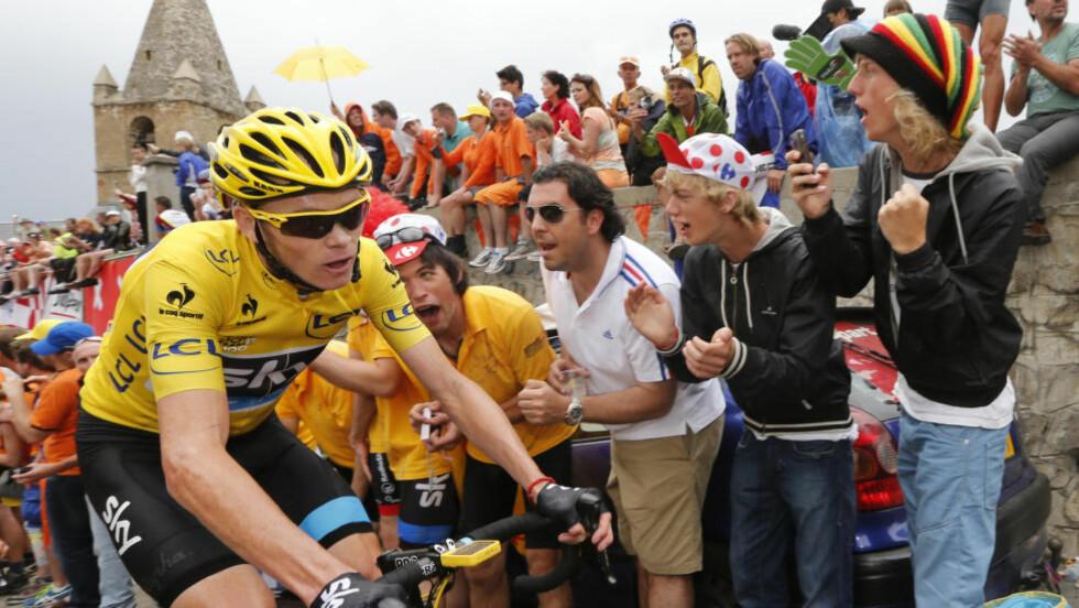 ALPEFEST: Siste store hinder før Paris i neste års Tour de France blir Alpe d'Huez. Her kjører Chris Froome med gule trøye opp den ikoniske stigningen i 2012. REUTERS/Jean-Paul Pelissier.