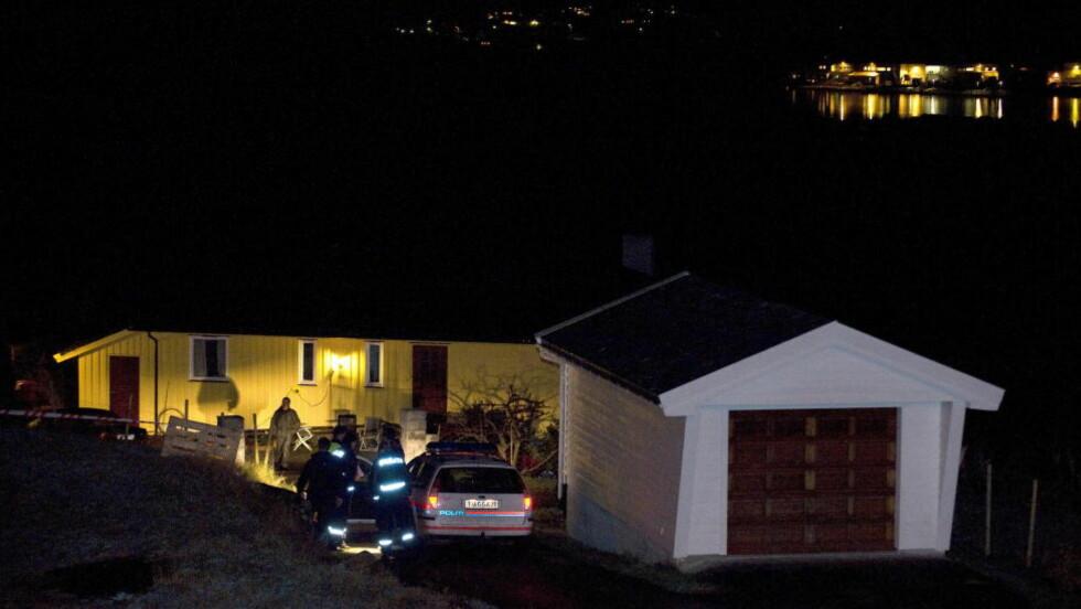 INGEN REKONSTRUKSJON:  Politiet på plass etter at Monikas mor fant datteren død i sokkelleiligheten i Sund da hun kom hjem fra jobb mandag 14. november 2011. Foto: Tor Erik H. Mathiesen.