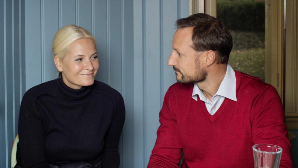 ÅPNE: Kronprins Haakon og kronprinsesse Mette-Marit gjør stadig feil. Kaller seg vanlige og sårbare. Er usikre på hva de ville gjort hvis deres egne barn hadde havnet på skråplanet- Og de forteller om hva de har lært av ungdom som har falt utenfor, og kommet seg på rett kjøl. Foto: AGNETE BRUN