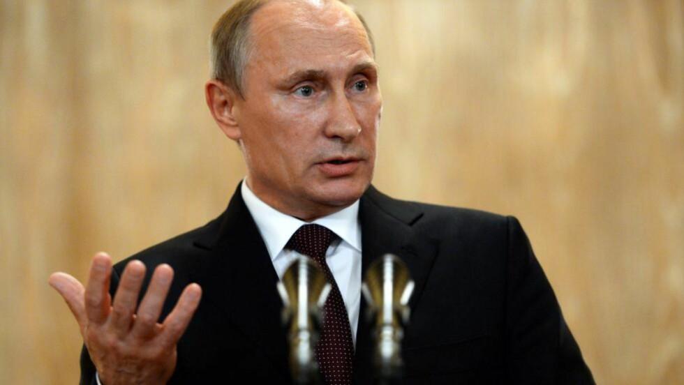 TRUER: Russlands president, Vladimir Putin, truer Ukraina med å stenge av gassen igjen, og han truer EU med å stenge gassen dersom man pumper gass tilbake til Ukraina. Forhandlinger denne uka førte ikke til noen avtale. Men trusselen fra Putin er ikke så farlig som man har antatt, har EU funnet ut. Foto: AFP / Scanpix / VASILY MAXIMOV