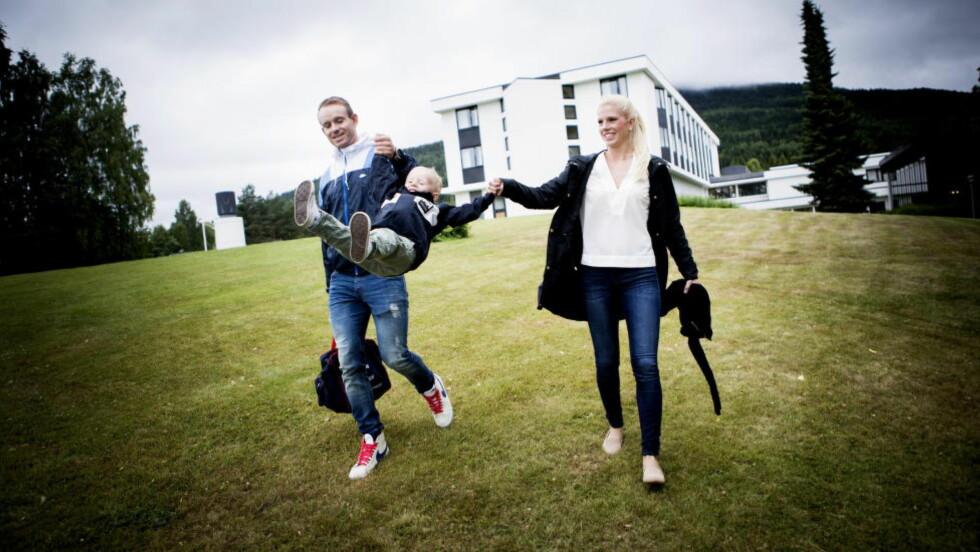 STILLE FØR STORMEN:  Alexander Kristoff sammen med kona Maren Kommedal og sønnen Leo. Foto: Christian Roth Christensen / Dagbladet