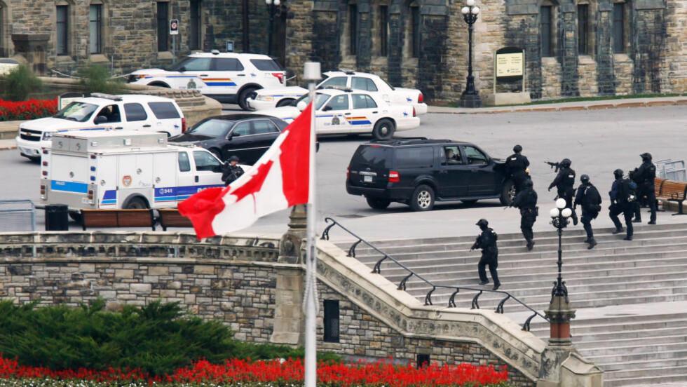 JAKT:  Rundt klokka 16 norsk tid ble det meldt om skyting ved et krigsmonument utenfor nasjonalforsamlingen i den kanadiske hovedstaden Ottawa. Senere har det vært skuddvekslinger inne i selve parlamentsbygningen. Foto: NTB Scanpix