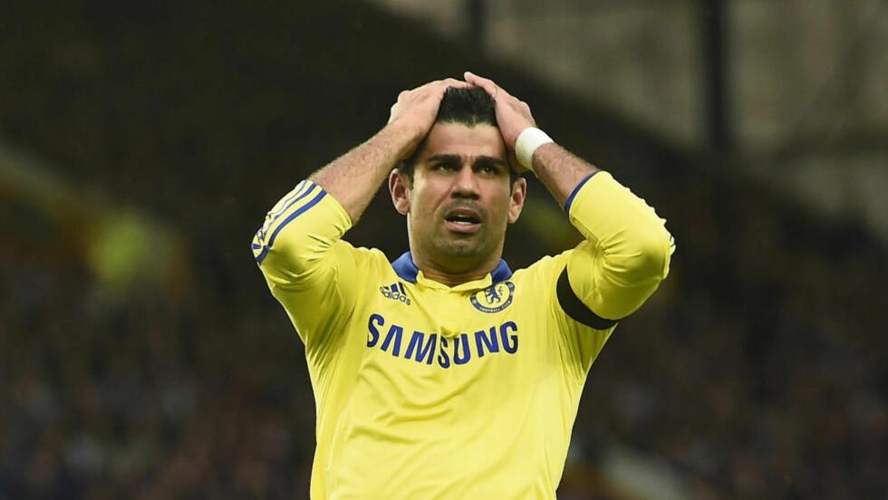 UTE: Diego Costa har ikke vært involvert for Chelsea etter at han kom tilbake fra landslagstjeneste for halvannen uke siden. Nå tilsier nye opplysninger at det er flere ting som plager den brasiliansk-spanske storscoreren enn først antatt. Foto: REUTERS/Dylan Martinez/NTB Scanpix