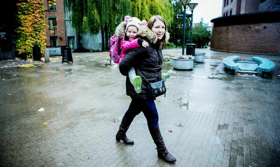 UROLIG: Anne Kristine Lehn (28) er urolig for framtida til datteren Anne Eline (4) etter at hun oppdaget at den økonomiske støtten de mottar kan forsvinne. Foto: Bjørn Langsem/ DAGBLADET