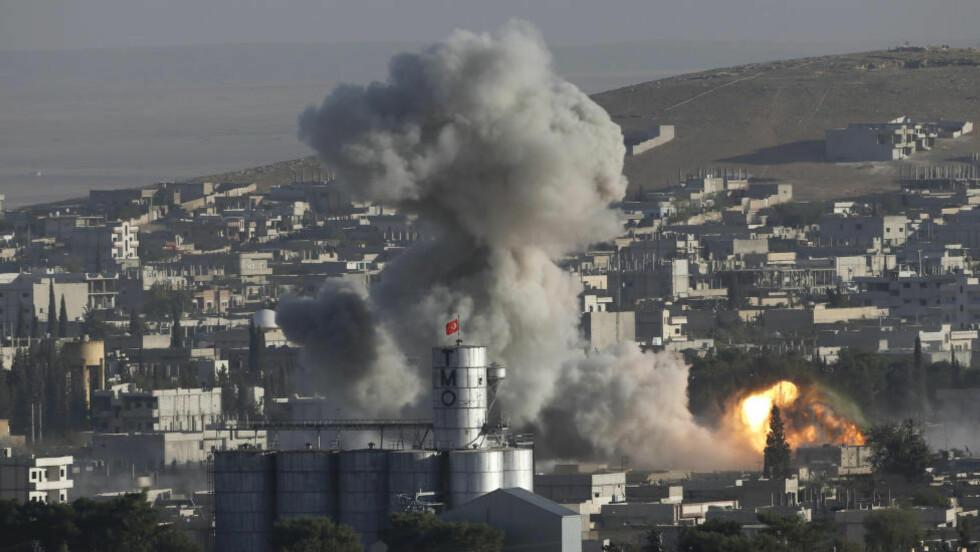 SIVILE TAP: Røyk stiger mot himmelen etter at den USA-ledede koalisjonen i Syria bombet mål i byen Ayn al-Arab, også kjent som Kobani, tidligere denne måneden. Deler av byen kontrolleres av IS. Foto: Reuters/NTB scanpix