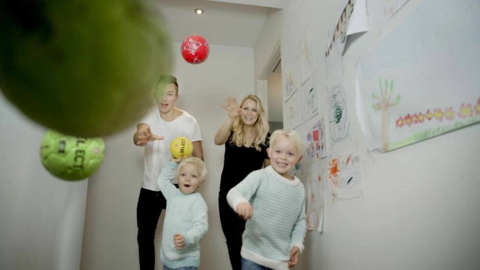 NYE BALLER I LUFTA: Håvard Tvedten, kona Guro Fostervold og de to sønnene Luka Tobias og Daniel hjemme i Aalborg. Heretter får de mer tid sammen - og gleder seg til det. Foto: Kristian Ridder-Nielsen