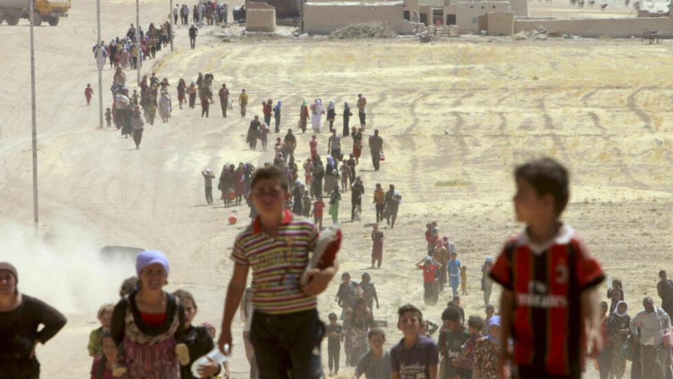 PÅ FLUKT: Flukt, drap eller bortføring var eneste vei ut for yezidi-minoritetene i Nord-Irak etter IS' herjinger. Nå kommer det skrekkhistorier fra bordellene flere av jentene og kvinnene skal ha blitt bortført til. Foto: REUTERS/Rodi Said/NTB Scanpix