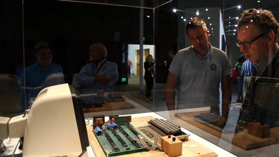 ET EKSEMPLAR: Dette eksemplaret av en Apple-1-datamaskin er fra en internettauksjon i fjor. En lignende modell ble solgt for rekordsummen 5,9 millioner denne uka. Foto: Justin Sullivan/Getty Images/AFP/NTB Scanpix