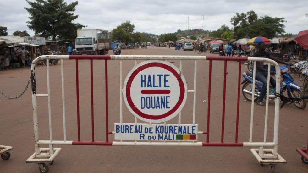 GRENSEN: Et stoppskilt i Mali ved grensen til Guinea. Mali fikk torsdag påvist det første tilfellet av ebola. Foto: Reuters / NTB scanpix
