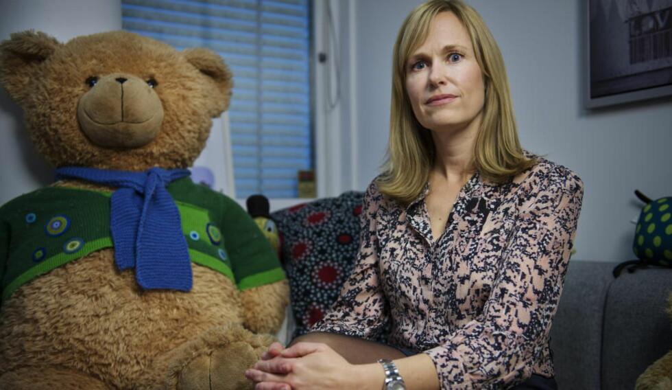 BEKYMRET:  Barneombud Anne Lindboe er bekymret for barns sikkerhet i Norge. Til venstre er maskoten Tryggve, som ofte er med når barneombudet er på besøk på skoler. Foto: Benjamin A. Ward / Dagbladet