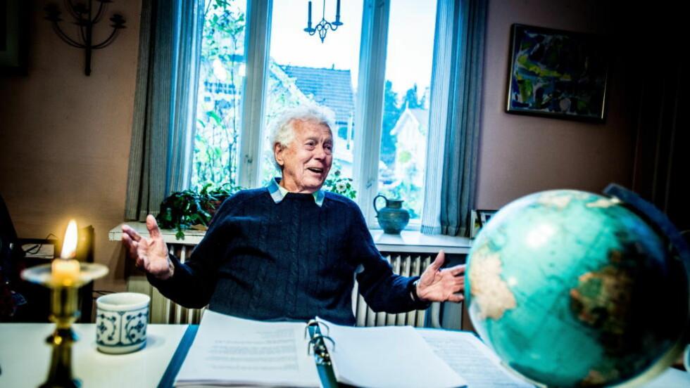 VIL IKKE GI SEG: Toralv Maurstad har ikke tenkt å slutte å spille skuespill, til tross for at han fyller 88 år om kort tid. Han mener at flere eldre mennesker burde fortsette å jobbe selv etter at de har nådd pensjonistalder. Foto: Thomas Rasmus Skaug / Dagbladet