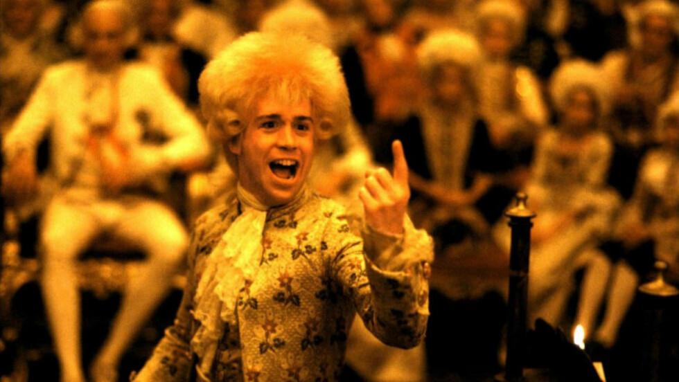 GENIET: Mozart kan skape hele verk fullt ferdig i hodet, og skrive notene ned mens han skravler og spiser og slipper en fjert.Scene fra Milos Formans film «Amadeus».