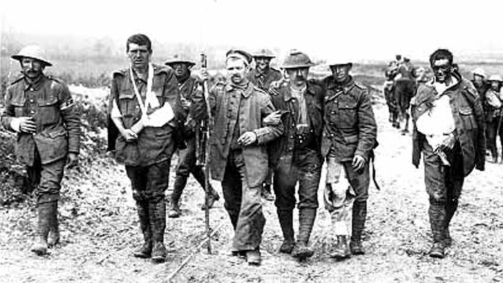 ØDELAND: Britiske soldater i det infernoet som i fire år gikk under betegnelsen Vestfronten. Fortsatt fins spor og arr etter det som den gang ble kalt «den store krigen».  Foto: REUTERS / NTB Scanpix