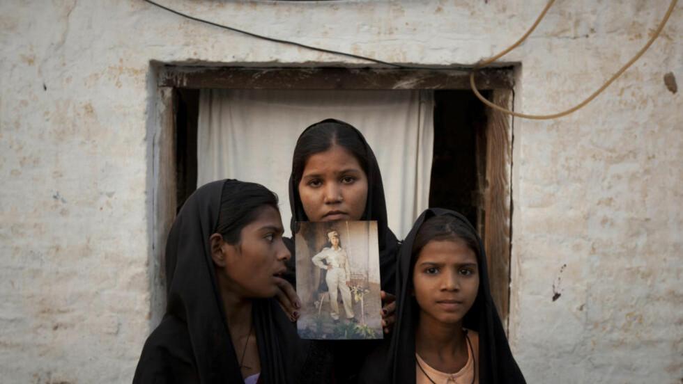 BA FOR SIN MOR:  Tre av Asia Bibis døtre holder et bilde av moren opp da de i 2011 tryglet om at hun skulle bli løslatt. Den kristne kvinnen Bibi ble i 2010 dømt til døden for blasfemi i Pakistan. Foto: Reuters