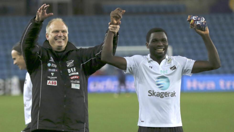 GOD STEMNING: Her feirer Odd-sjef Dag-Eilev Fagermo og Bentley kveldens 2-1-seier mot Vålerenga på Ullevaal. Foto: Terje Pedersen / NTB Scanpix