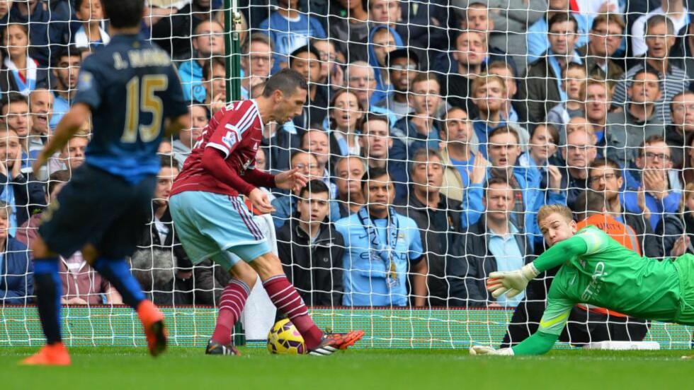 FØRSTE: Morgan Amalfitano utnyttet kluss i City-forsvaret og fikk sette inn 1-0-scoringen for West Ham. Foto: AFP PHOTO / GLYN KIRK / NTB Scanpix