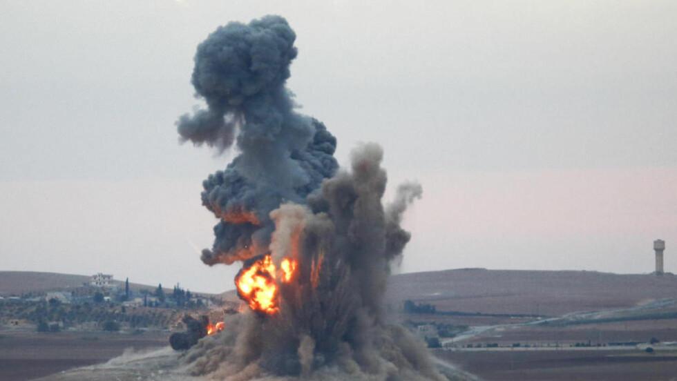 FLYANGREP:  Et bombeslipp treffer bakken rett ved grensebyen Suruc i Sanliurfa-provinsen. Foto: Kai Pfaffenbach, Reuters/NTB Scanpix.