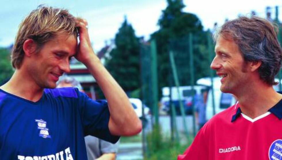 BEDRE TIDER: Birmingham-supporterne hadde langt mer å juble for før 05/06-sesongen. Her er supporterleder Martin Kolsrid (t.h.) i prat med André Bergdølmo, som prøvespilte for de blå samme sommer. Foto: Privat