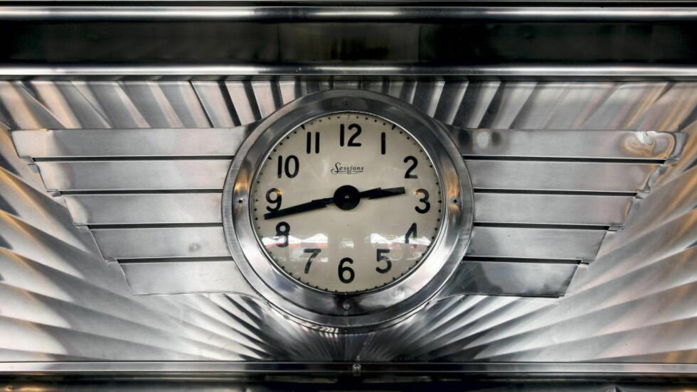 """17 MINUTTER TIL SKJENKESTOPP:  Natta blir en time lengre fra klokka 03, men du får ikke bestilt mer øl fra """"nye"""" klokka 02. Foto: Ørjan F. Ellingvaag."""