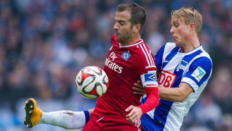 LEVERTE: Landslagskaptein Per Ciljan Skjelbred spilte hele matchen da Rafael van der Vaart og Hamburg ble slått i ettermiddag. Foto: EPA / LUKASSCHULZE / NTB Scanpix