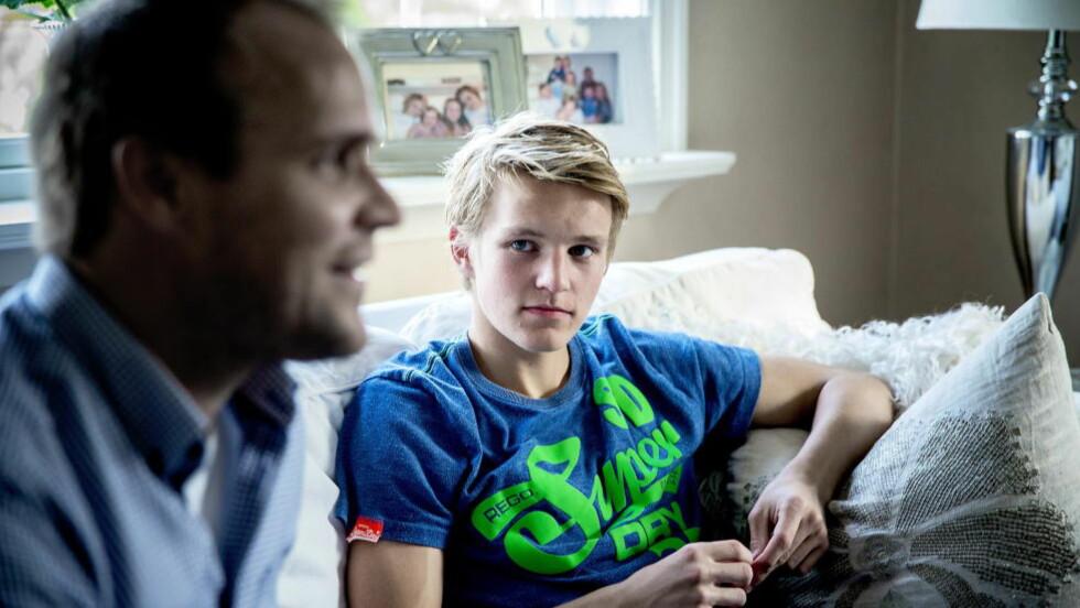 BLIR JAKTET: Far Hans Erik Ødegaard og Martin Ødegaard hjemme i Drammen. Flere storklubber i Europa jakter på den norske 15-åringen. Foto: Bjørn Langsem / DAGBLADET