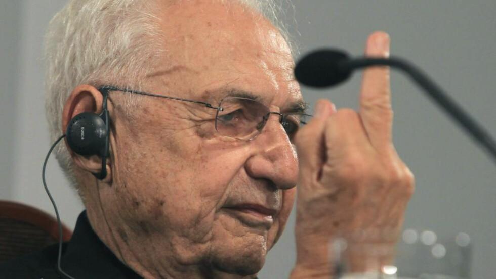 FRANK GIR F: Frustrert formgiver viser fingeren til frammøtte journalister i forkant av prismottakelse i Oviedo 23. oktober. Foto: EPA/J.L.CEREIJIDO