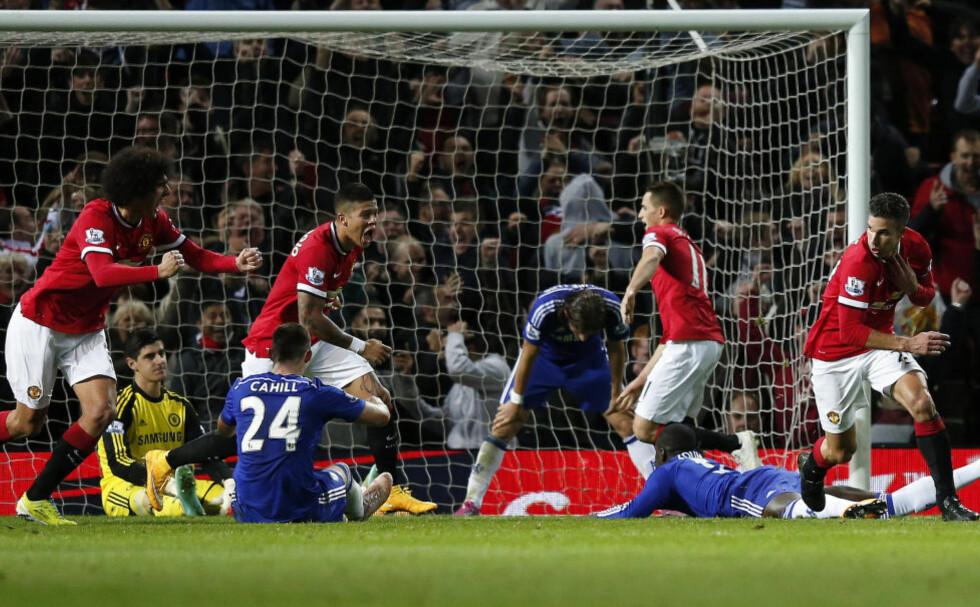 SEN JUBEL: Manchester Uniteds Robin van Persie (t.h.) jubler etter den sene 1-1-scoringa mot Chelsea. Foto:         REUTERS/Phil Noble