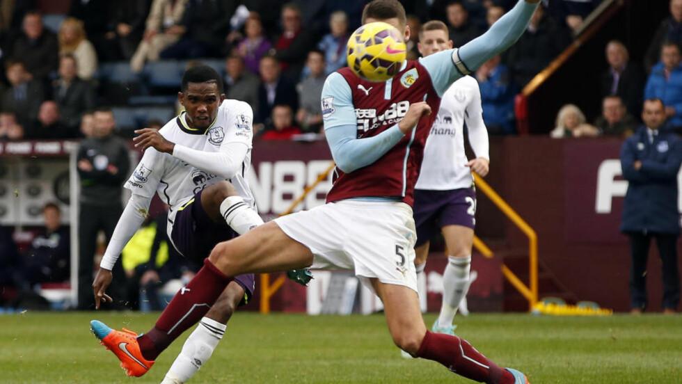 SCORET TO'O: Samuel Eto'o hadde to fulltreffere i Evertons 3-1-seier mot Burnley. Foto: REUTERS/Andrew Yates