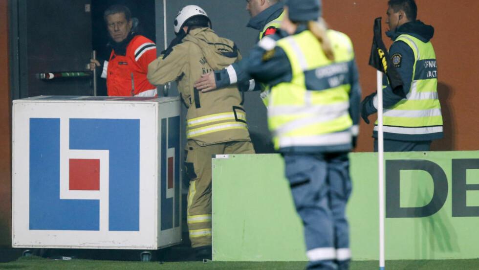 FYRVERKERI: Djurgårdens første seier over Elfsborg på sju år ble overskygget av fansens dårlige oppførsel. En brannmann ble skadd i regnet av bluss og fyrverkeri på arenaen i Borås. Foto: ADAM IHSE / NTB scanpix