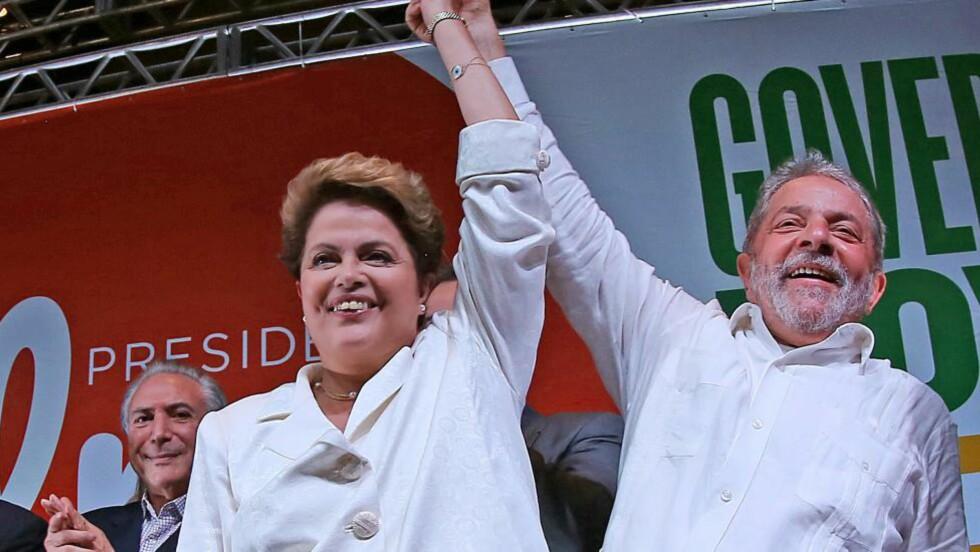 SEIEREN: President Dilma Rousseff løfter hånden til tidligere president Lula og lar seg hylle av trofaste partimedlemmer.