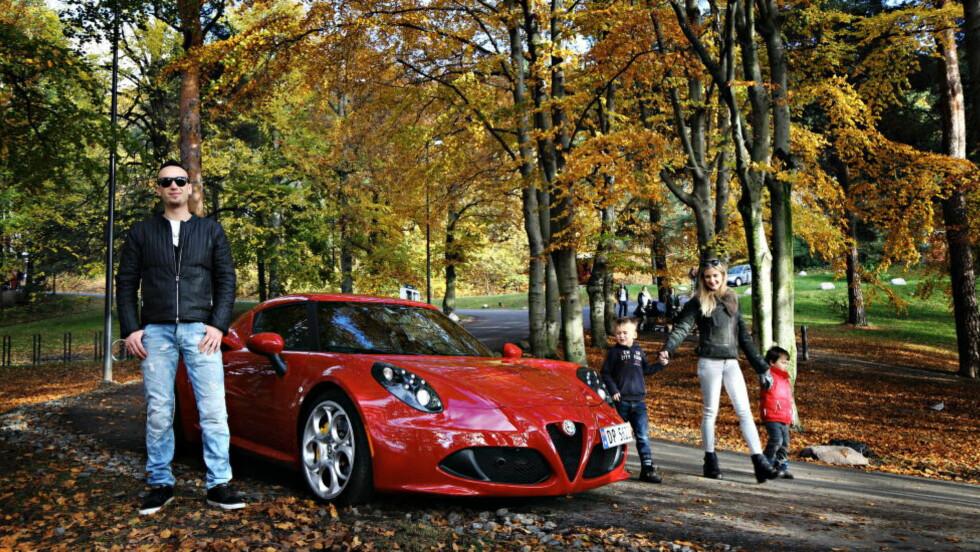 Fartsmonster: Niklas Akselsen måtte bare kjøpe kompromissløse Alfa Romeo 4C . Her med familien; samboer Kine Elise og Lukas (6) og Timian (3)  Foto: Frank Karlsen / Dagbladet