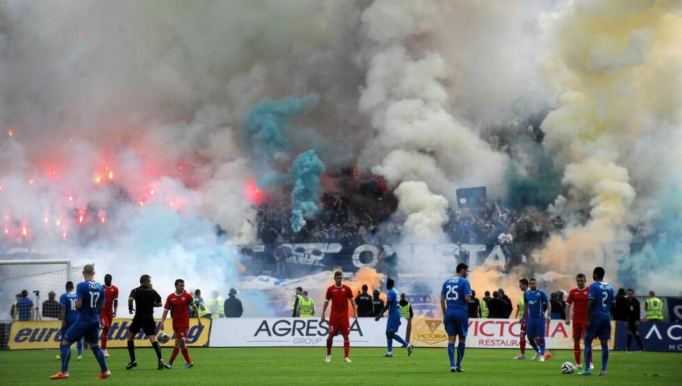 HØY TEMPERATUR: Det er alltid spentunder møtene mellom Sofia-lagene CSKA og Levski. Her fra klubbenes møte i april. Foto: AFP / NIKOLAY DOYCHINOV / NTB SCANPIX