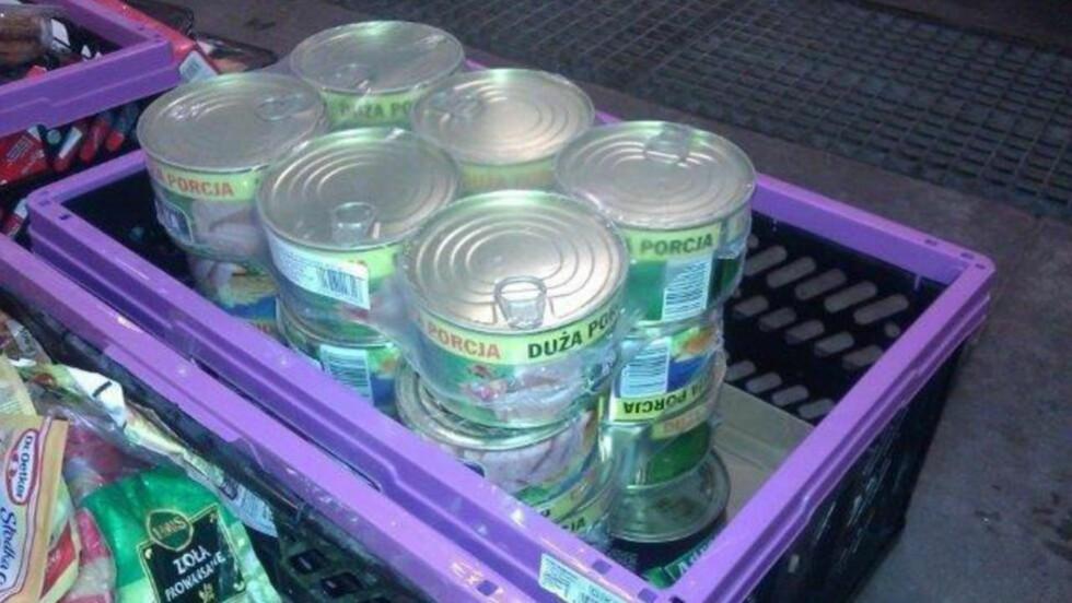 «NARKOTIKK»: Disse boksene inneholdt annet enn hermetisk mat. Tollerne fant til sammen sju kilo amfetamin i boksene. Foto: Tollvesenet