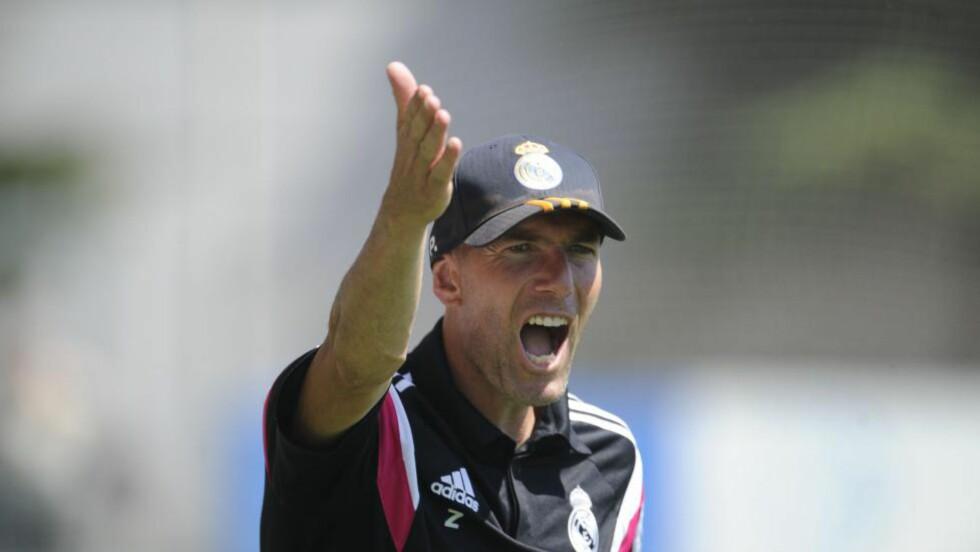 MANGLET LISENS: Fotballegenden Zinedine Zidane er suspendert som trener for spanske fotballag i tre måneder fordi han har jobbet uten lisens. Foto: AFP PHOTO/ PEDRO ARMESTRE / NTB SCANPIX