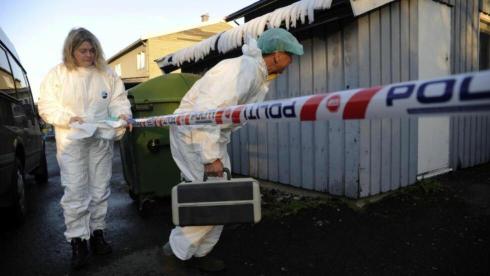 SIKTET FOR TO DRAP:  Politiet på åstedet etter at den 48 år gamle Hermod Magne Steinsund ble funnet skutt og drept i et hybelbygg i Tromsø. Nå er drapssiktede også siktet for drap på en annen mann som har adresse i samme hus, men som ingen har sett siden 6. september. Foto: Rune Stoltz Bertinussen, NTB Scanpix.