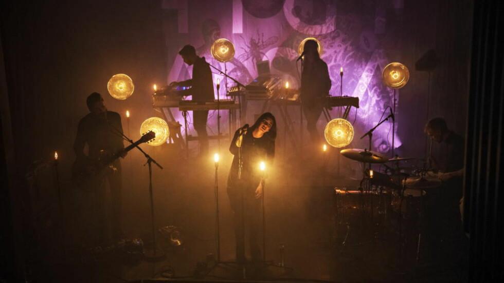 I KONGSBERG:  Highasakite øver og terper på to nye låter som skal spilles live for publikum for første gang. Foto: JØRN H. MOEN
