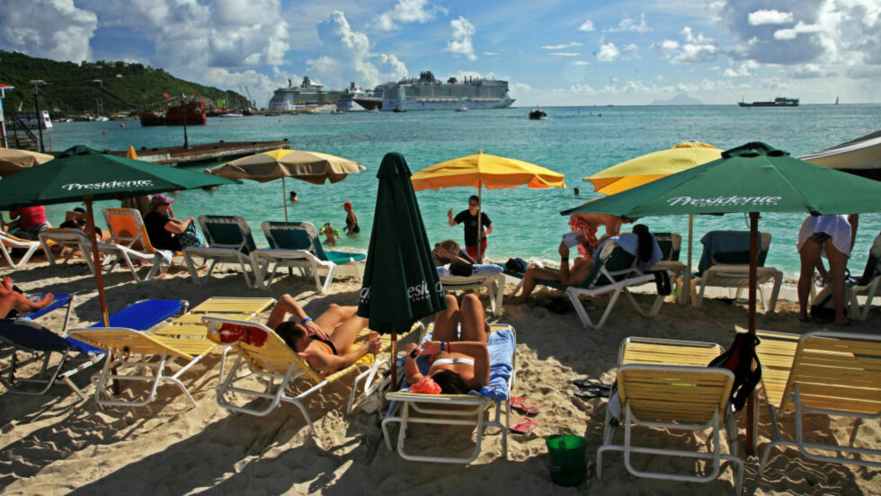 GRATIS: Mens cruisepassasjerene tilbys et rikt utvalg med utflukter, er det ikke alltid slik at du får de beste opplevelsene ved å betale i dyre dommer. Et godt eksempel er den lange stranden på karibiske St. Maarten. En liten spasertur fra cruiseterminalen, kan du leie en solseng for en brøkdel av prisen til som kreves på en utflukt i rederiets regi.  Foto: EIVIND PEDERSEN