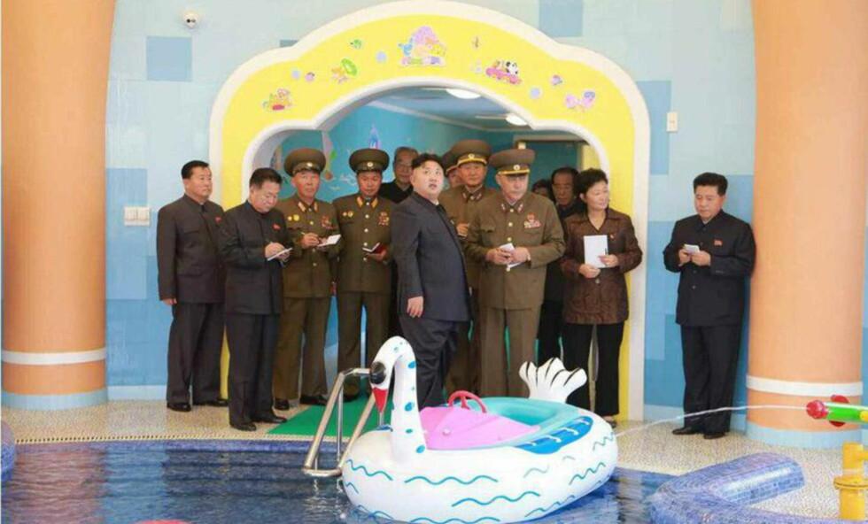 OPERERTE: Sør-Koreas etterretningsbyrå hevder at Nord-Koreas diktator Kim Jong-un skal ha fått fjernet en cyste i sitt høyre bein. Foto: KCNA