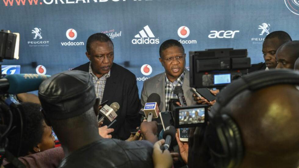TREDJE DØDSFALL: Sportsministeren i Sør-Afrika, Fikile Mbalula (t.v), har mistet tre profiler på fem dager. Her fra pressekonferansen etter at landet mistet landslagskeeper Senzo Meyiwa. Foto: AFP PHOTO / MUJAHID SAFODIEN / NTB Scanpix