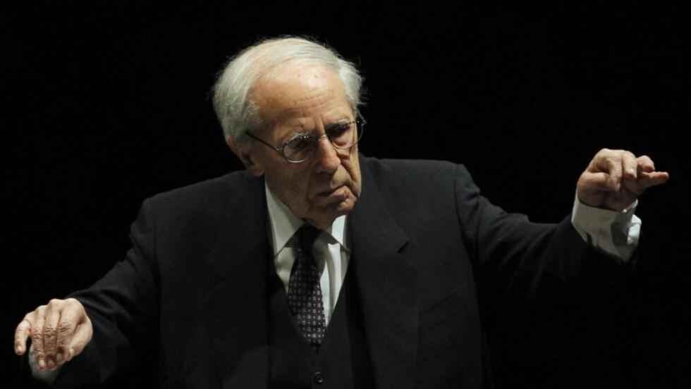 EN STOR DIRIGENT: Ifølge Pierre Boulez selv, «begynte han å dirigere, fordi det var ingen andre som kunne spille Webern. Istedenfor å trekke linjene i Weberns musikk, radbrakk de den, punkt for punkt». Foto: CHRISTOPHE ENA / AP PHOTO