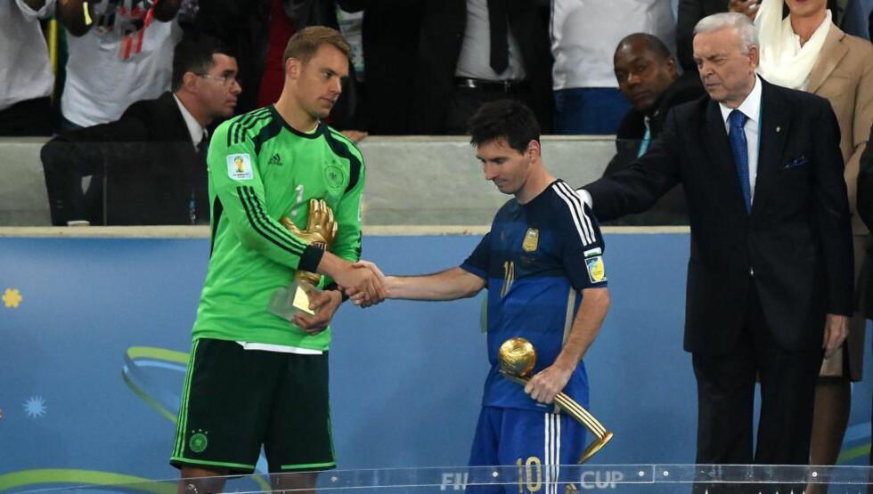 PLASTER PÅ SÅRET: Manuel Neuer gratulerer Lionel Messi med prisen som VMs beste spiller etter finalen i Rio i sommer. Den tyske sisteskansen vant prisen som mesterskapets beste målvakt, men Sepp Blatter mener Neuer også hadde fortjent prisen Messi mottok. Foto: AFP PHOTO / PEDRO UGARTE / NTB SCANPIX