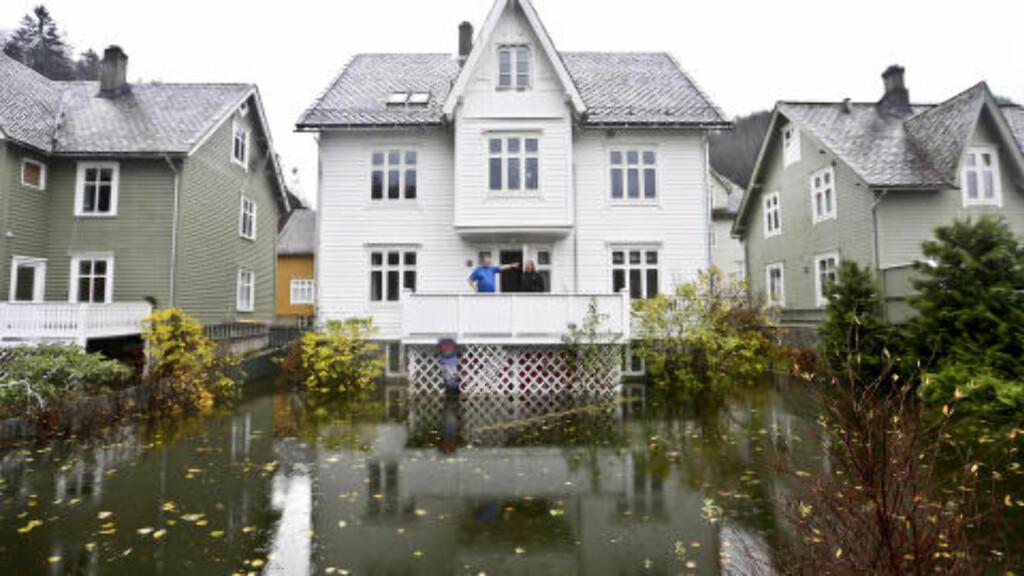 VÅTT I VOSS:  Hagen til Magnus Herfindal i Evanger i Voss kommune fikk et maritimt preg tirsdag, etter at store nedbørsmengder førte til flom flere steder på Vestlandet.   Foto: Ingerid Jordal / NTB scanpix