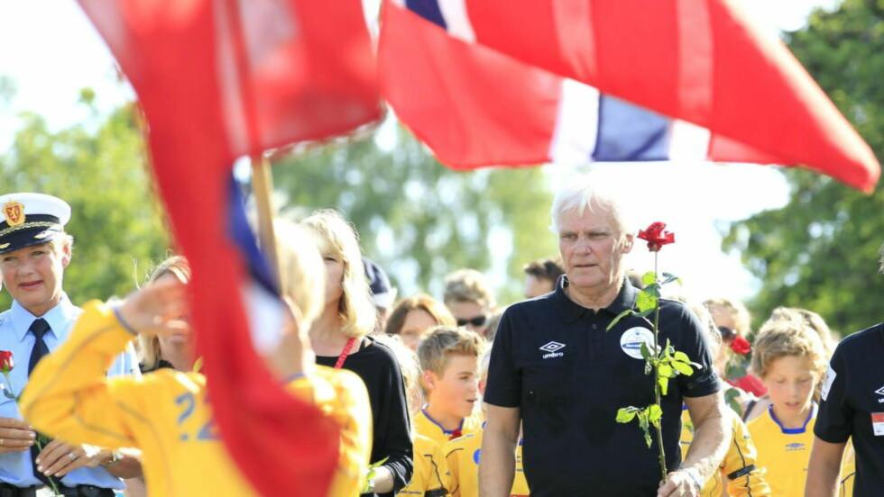 SAMLENDE SYMBOL Norway Cup-general Frode Kyvåg hadde med seg kulturminister Anniken Huitfeldt (delvis skjult) under rosetoget på Ekebergsletta 30. juli 2011. Foto: Terje Bendiksby / NTB Scanpix