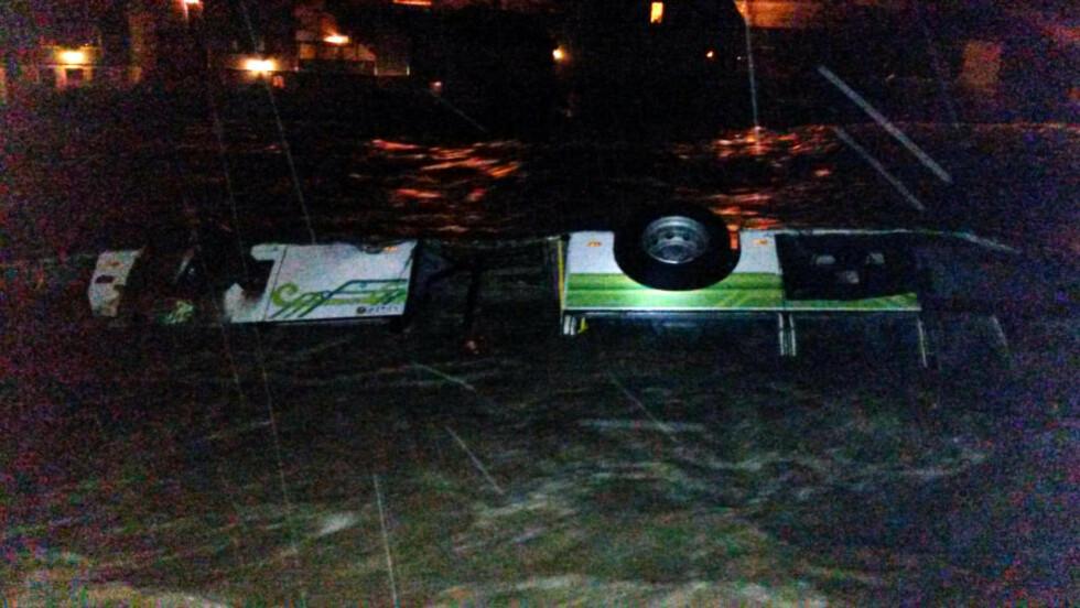 TATT AV ELVA: Denne bussen ble tatt av elva i Odda seint i går kveld. Foto: Steinar Andersson