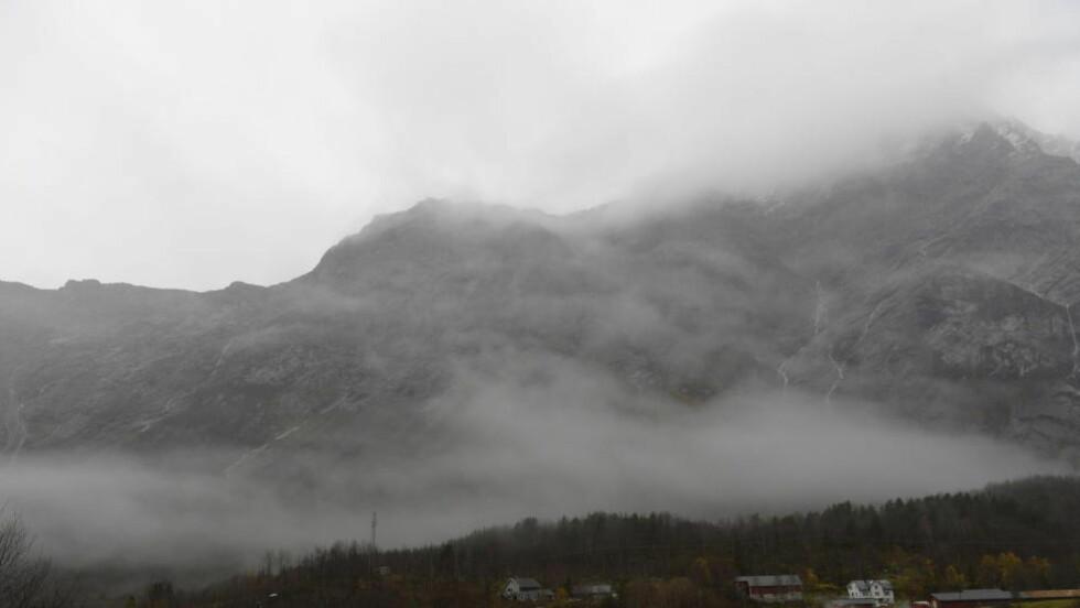HOLDER STAND: Trass i tidligere spådommer, lar storraset i fjellmassivet Mannen i Rauma kommune i Romsdalen vente på seg. Foto: John T. Pedersen