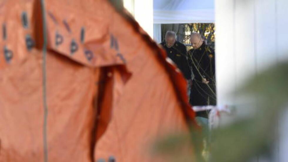 LETER: Det er satt opp et Sivilforsvaret-telt inne på det avsperrede området. Politiet søker etter et svar på hva som kan ha tilstøtt kvinnen. Foto: Benjamin A. Ward / Dagbladet