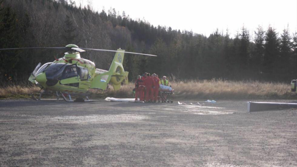 LUFTAMBULANSE:- En person er fløyet til sykehus med luftambulanse, sa operasjonsleder Kari Monsen i Follo politidistrikt til Dagbladet om fallulykken i Trøgstad tidligere i dag. Foto: Freddie Larsen