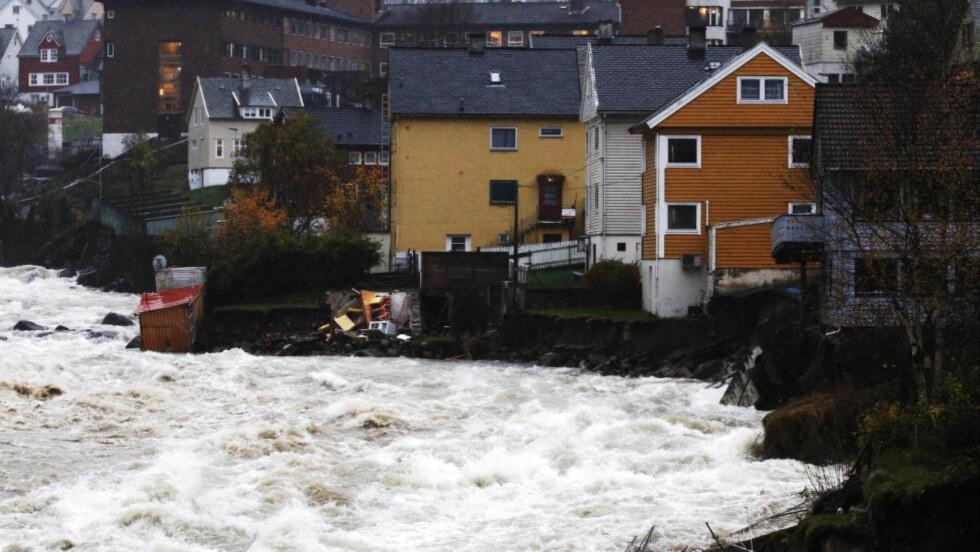 DÅRLIG VARSLET: Store nedbørsmengder på vestlandet har ført til flom, som her i elva Opo i Odda i Hordaland. Nå mener en sjefingeniør i NVE at flommen ikke var godt nok varslet i andre fylker. Foto: Jan Kåre Ness / NTB scanpix