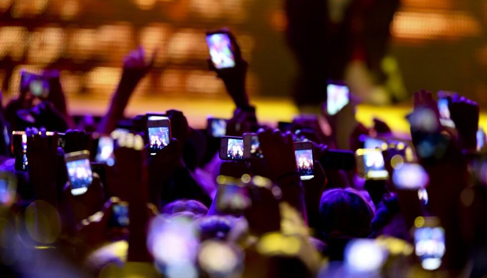 STRÅLING: Hvor usunn er den menneskeskapte strålingen, fra for eksempel mobiltelefoner? spør kronikkforfatterne. Foto: NTB Scanpix