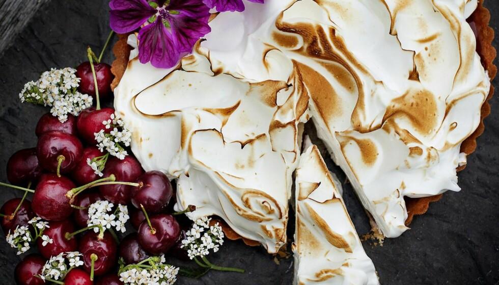DENNE MÅ DU PRØVE: Arne Brimis nydelige terte med morellgelé og marengs ser skikkelig proff ut, men den er ikke vanskelig å lage. Foto: METTE MØLLER